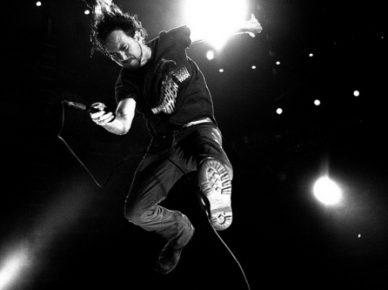 Eddie-Vedder-jump